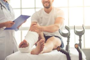 Bein in Gips durch Knochenbruch