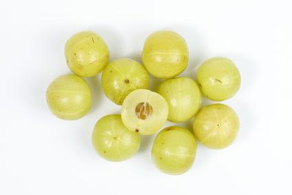 Amla Früchte auf weissem Grund