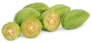 Frische Haritaki Früchte auf weissem Grund