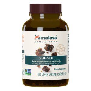 Guggul (Indische Myrrhe) im Glas vor weissem Hintergrund