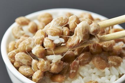 Natto auf Reis in einer Schale