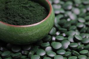 Spirulina Pulver und Tabletten