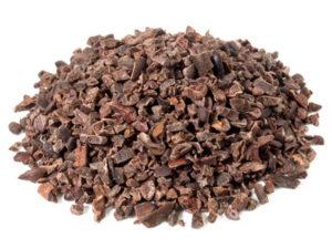 Kakaonibs auf weissem Hintergrund