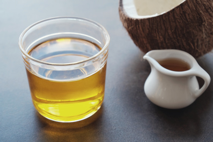 MCT Öl in Glas auf Tisch