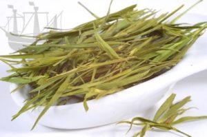 Bambusteeblätter in Schale auf weissem Grund