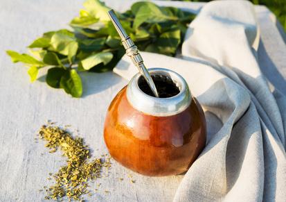Mate Tee in traditioneller lateinamerikanische Kürbis Kalebasse mit Bombilla auf der Leinenserviette